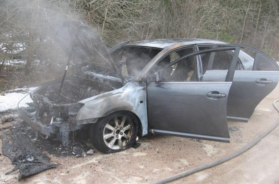 Stripeikių kaime užsiliepsnojo automobilis