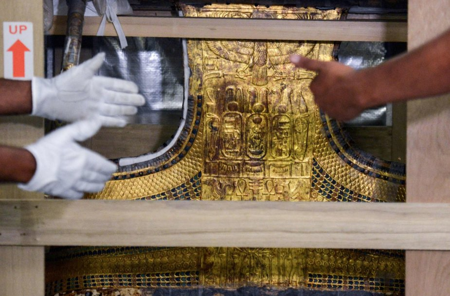 Faraono Tutanchamono lova ir vežimas perkelti į naują Kairo muziejų