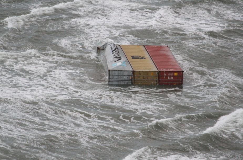 Į Nyderlandų paplūdimį išplauti iš laivo iškritę konteineriai