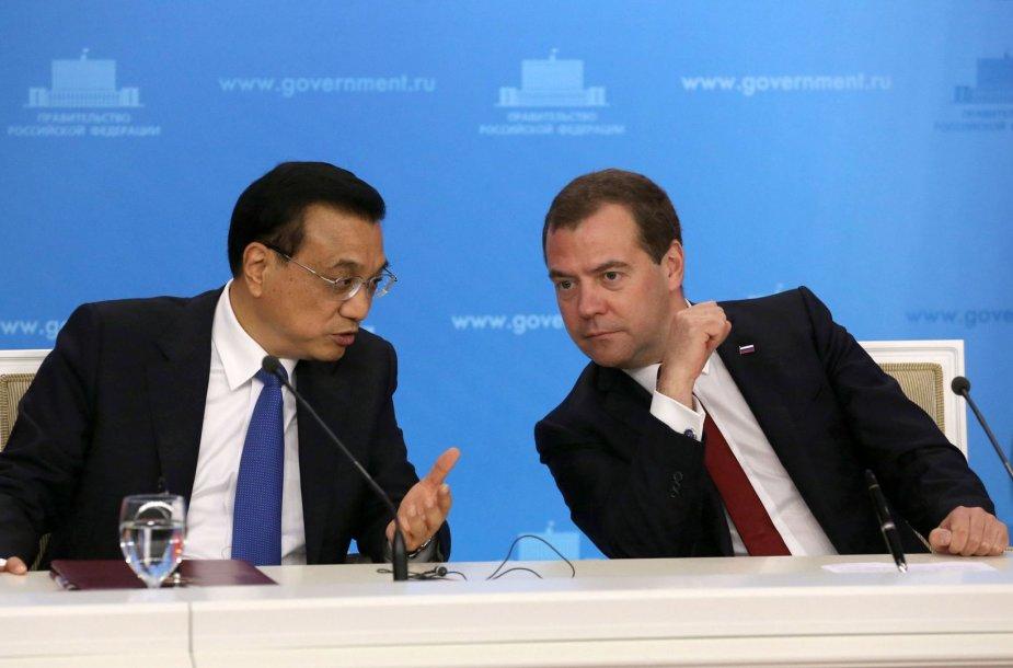 Rusijos premjeras Dmitrijus Medvedevas ir Kinijos vyriausybės vadovas Li Keqiangas.