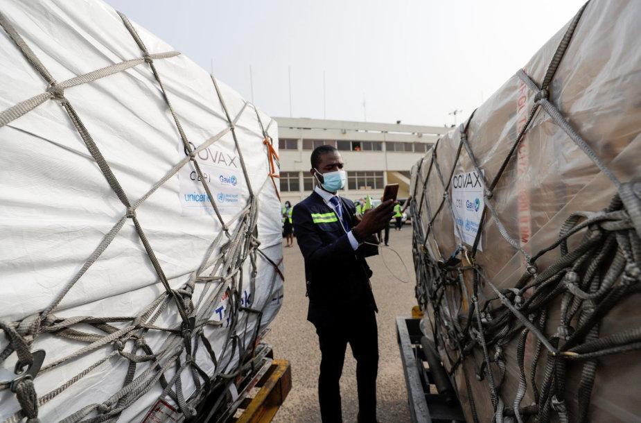 Į Ganą atkeliavusios vakcinų dozės