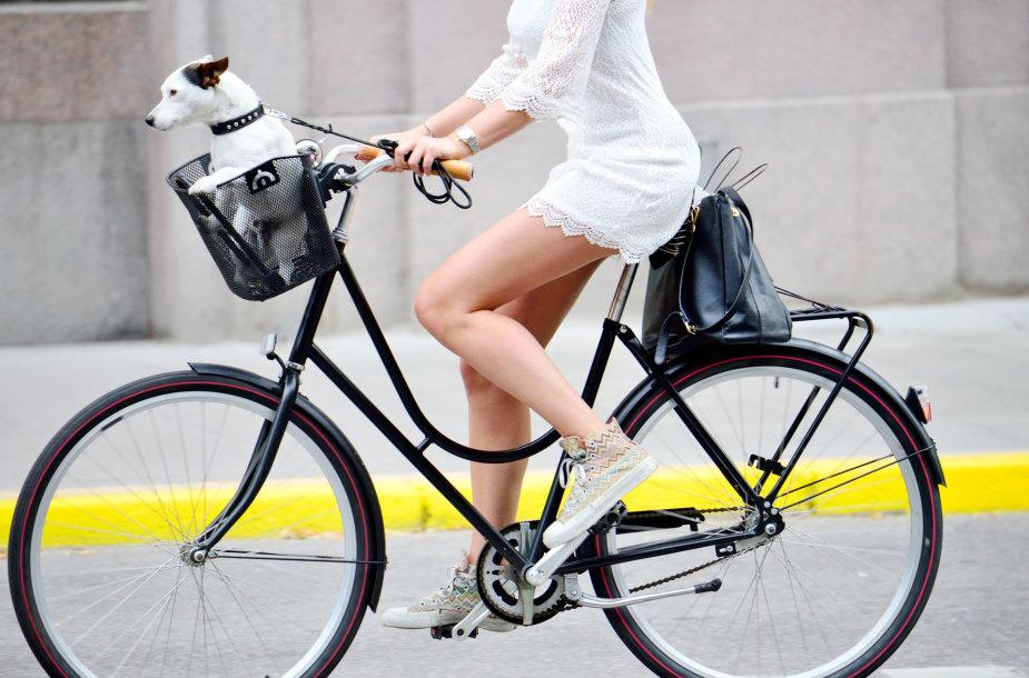 Mergina važiuoja dviračiu.