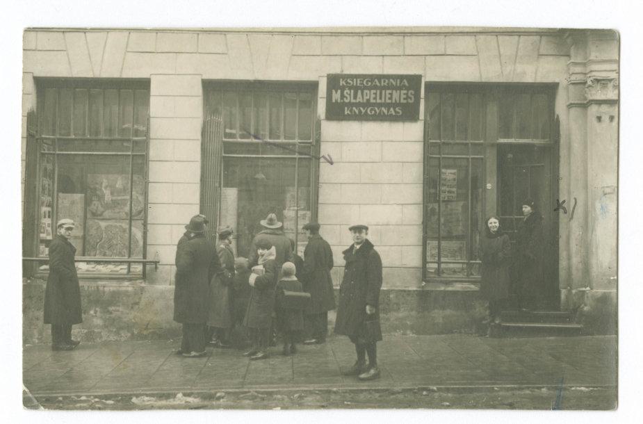 1931 m. Dominikonų gatvėje esantis M.Šlapelienės lietuvių knygynas švenčia 25-erius gyvavimo metus