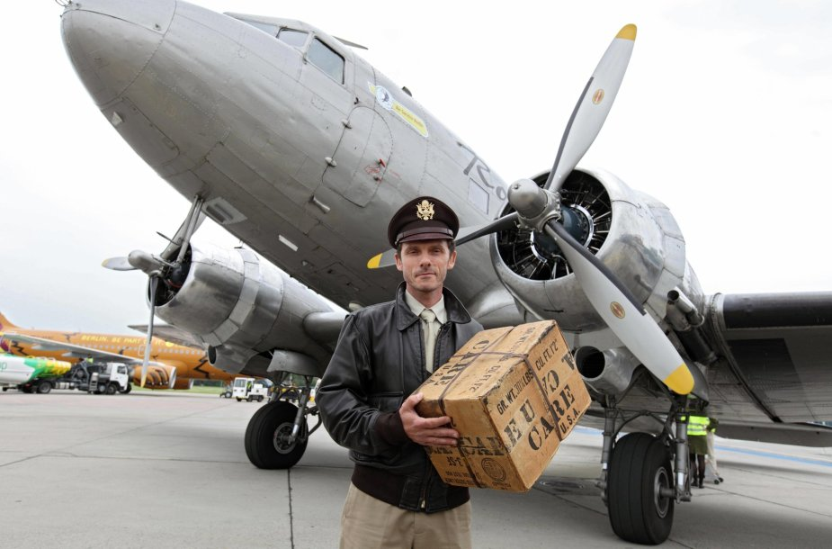Pilotas prie legendinio lėktuvo, mėčiusio vokiečių vaikams šokoladą iš dangaus