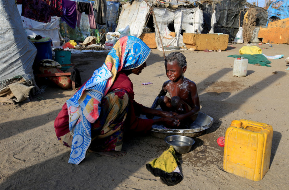 Po bombardavimų be namų likę Jemeno gyventojai maisto ieško sąvartynuose