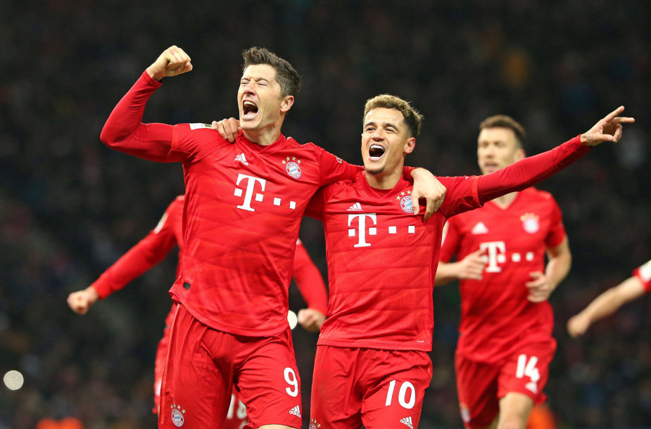 """Robertas Lewandowskis ir Phillipe Coutinho švenčia """"Bayern"""" pergalę."""