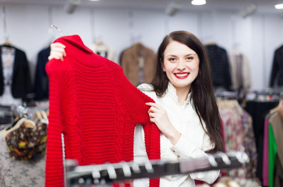Mergina drabužių parduotuvėje