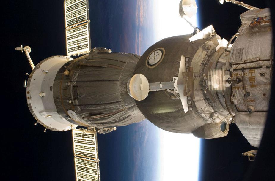 """Erdvėlaivis """"Sojuz"""" atsiskyrė nuo TKS, trys žmonės grįžta į Žemę"""