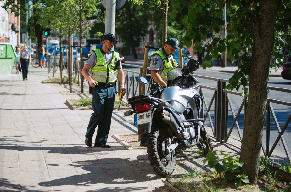 Vilniuje motociklas sankryžoje partrenkė 17-metę