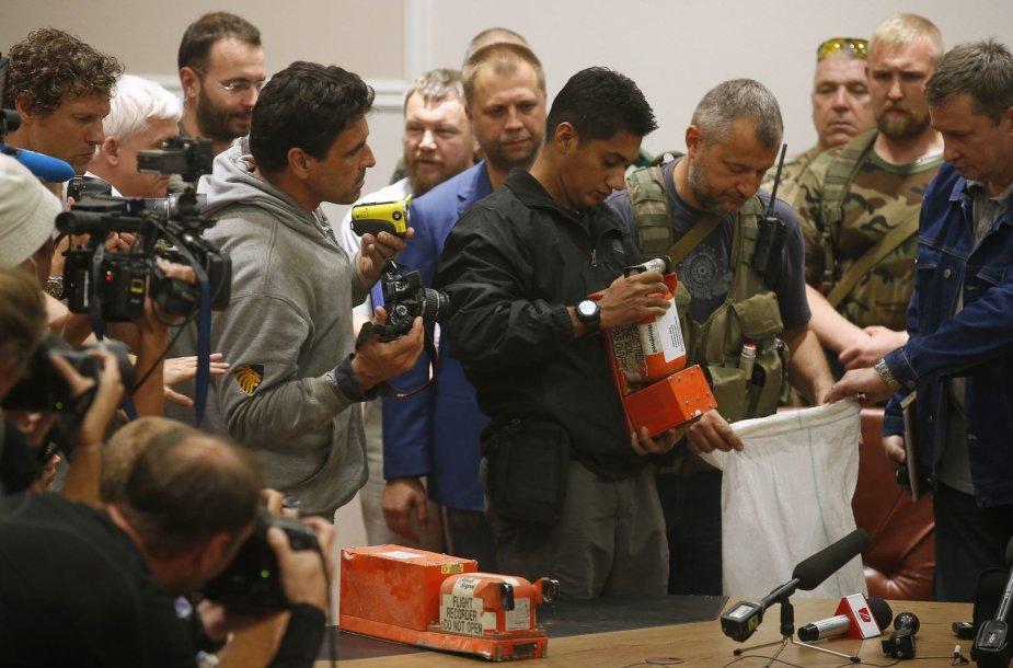 """Separatistai Ukrainoje pirmadienį perdavė numušto Malaizijos lėktuvo """"Boeing 777"""" """"juodąsias dėžes"""""""