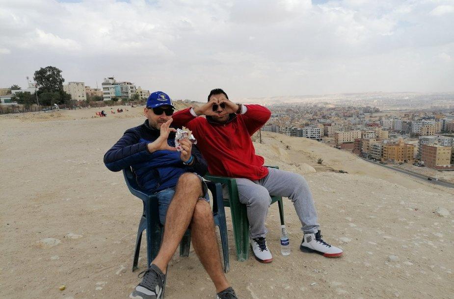 Priešpiečiai su vairuotoju Ibrahim. Apačioje Kairas