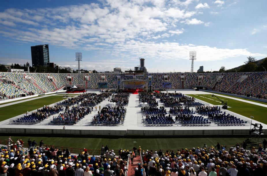 Popiežius mišias aukojo pustuščiame stadione.