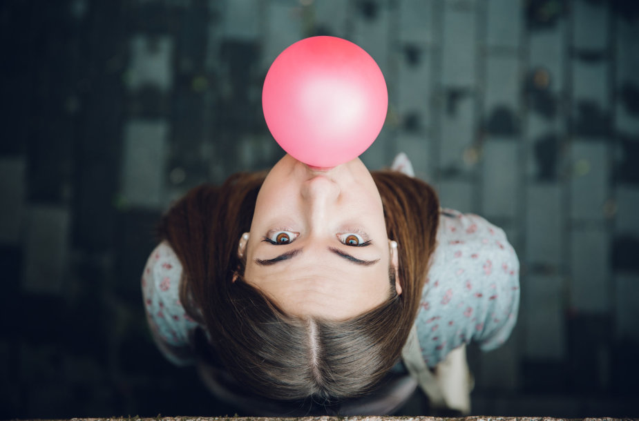Mergina pučia kramtomosios gumos burbulą