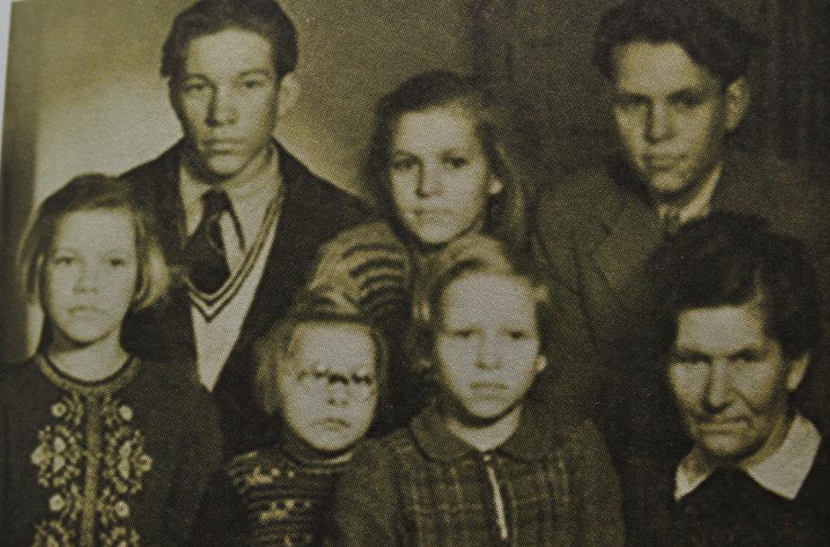 Lotharo Klapso šeima 1948 metai, Naumburgas prie Saal, Rytų Vokietija. Pirmoje eilėje iš kairės – Doris, Annelie, Helga ir mama, stovi iš kairės Horstas, Inge, Lotharas