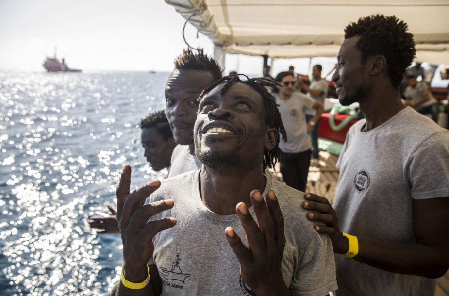 """Migrantai Ispanijos nevyriausybinės organizacijos """"Proactiva Open Arms"""" laive"""