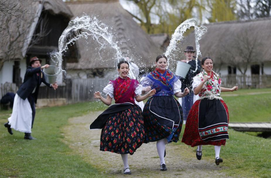 Vengrijoje Velykų sekmadienį moterys yra gausiai apipilamos vandeniu