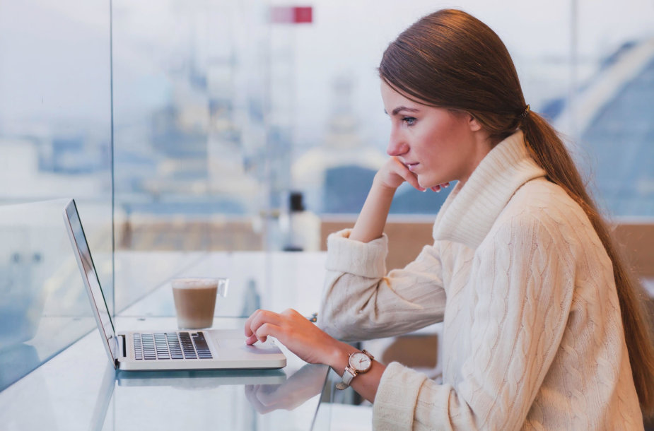 Mergina prie kompiuterio