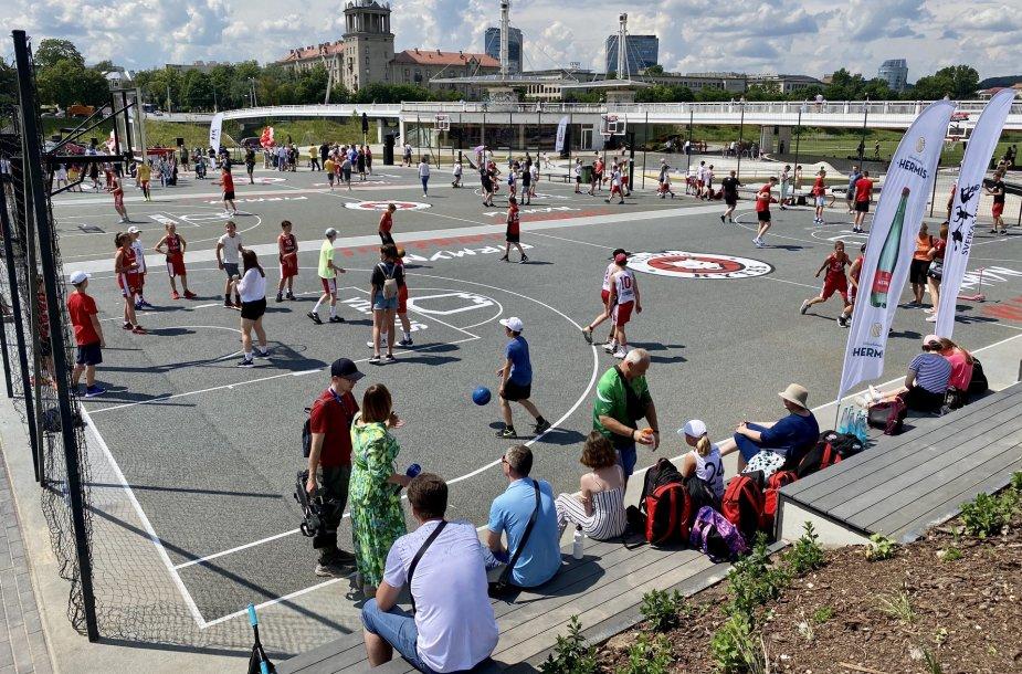 Vilniuje pristatytas atnaujintas Baltojo tilto sporto aikštynas