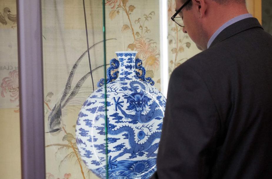 VIII amžiaus kinų porceliano butelis aukcione parduotas už 4,1 mln. eurų