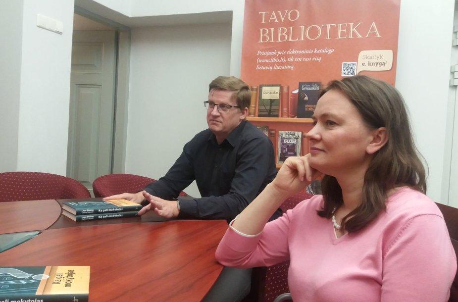 """Knygos """"Ką gali mokytojas"""" autoriai - vaikų ir paauglių psichiatras Linas Slušnys ir Tarptautinės socialinio ir LIONS QUEST instruktorė Daiva Šukytė."""