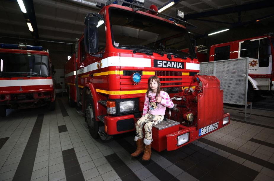 Mergaitė gaisrinėje