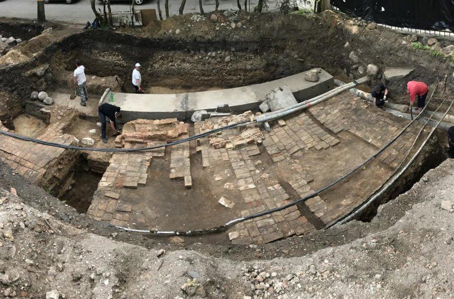 Archeologų atkastų Radvilų rūmų grindinio ir krosnies fragmentai