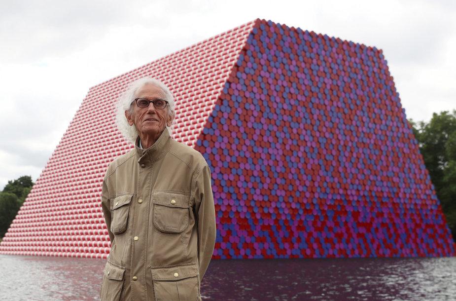 """Christo prie instaliacijos """"Londono mastaba"""""""