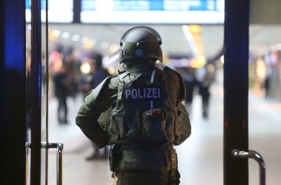 Pareigūnai Diuseldorfo stotyje