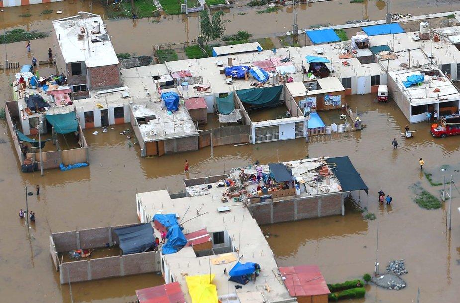 Potvyniai Peru užliejo daug pastatų.