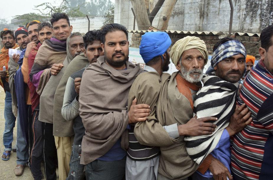 Pandžabo valstijoje indai laukia eilėje prie balsavimo apylinkės.