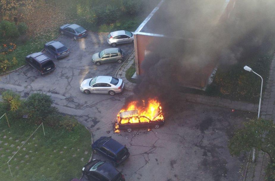 Vilniuje degė automobilis