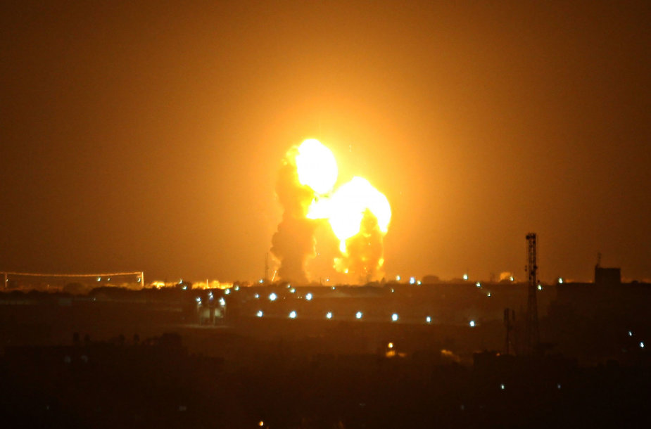 """Po naujų raketų smūgių iš Gazos Izraelis atakavo """"Hamas"""" objektus"""