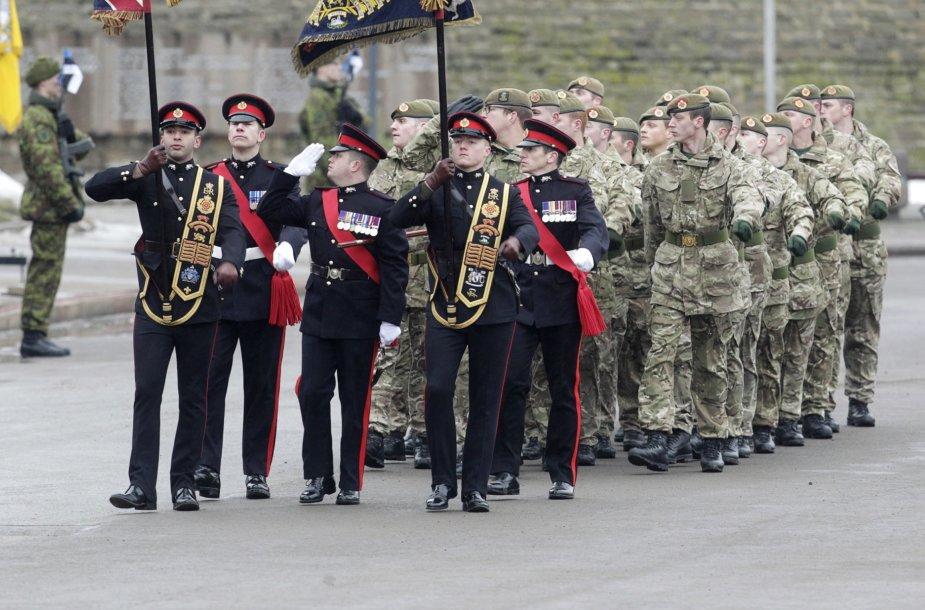 Jungtinės Karalystės kariai parade Estijoje.