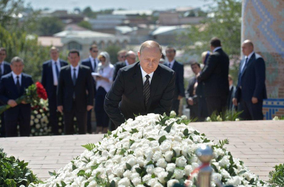 V.Putinas padėjo gėlių ant I.Karimovo kapo