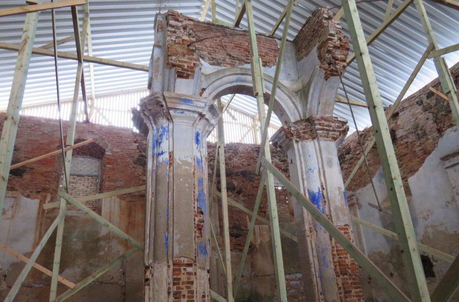 Išvalius pastato vidų, atsivėrė įspūdingas vaizdas: viduje sienas į tris plokštumas skaido piliastrai, išlikę du bimos (pakylos) stulpai, polichromijos fragmentai. Sinagoga buvo uždengta cinkuoto profiliuoto lakšto danga.