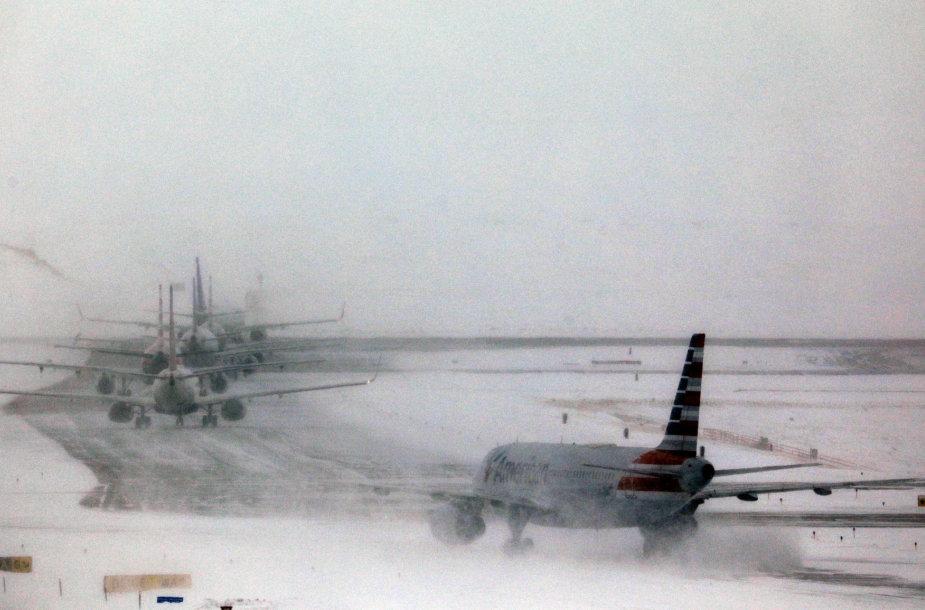 Dėl žiemos audros vėluoja skrydžiai iš Čikagos, Denverio