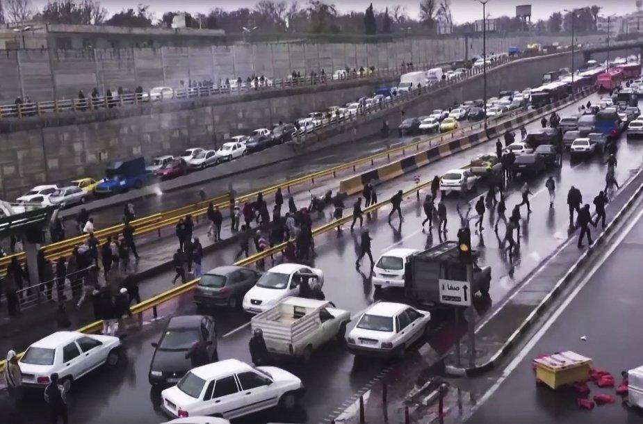 Irane – protestas prieš degalų kainos pakėlimą