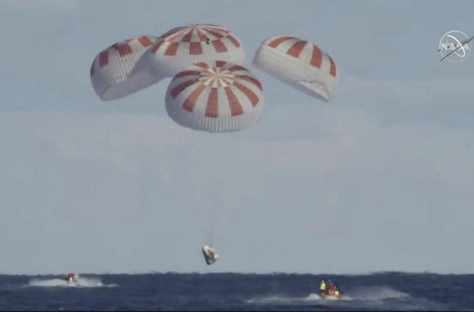 """""""SpaceX Crew Dragon"""" kapsulės nusileidimas ant vandens"""