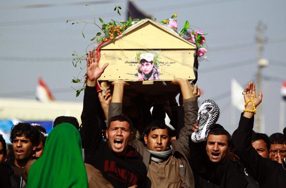 Irakiečiai neša vieno iš žuvusių karių kūną