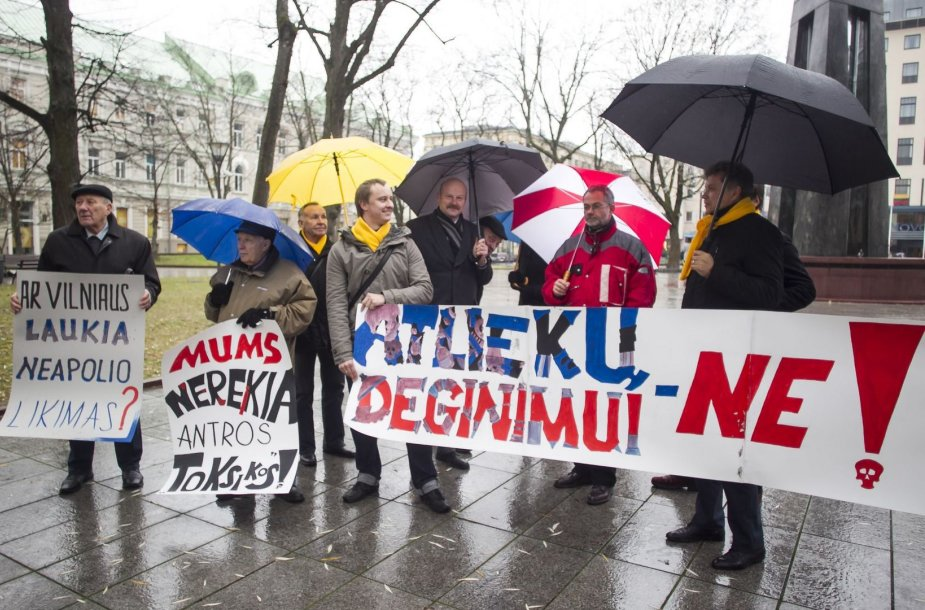Vilniaus gyventojų grupelė piketu priešinasi atliekų deginimo gamyklų statyboms.