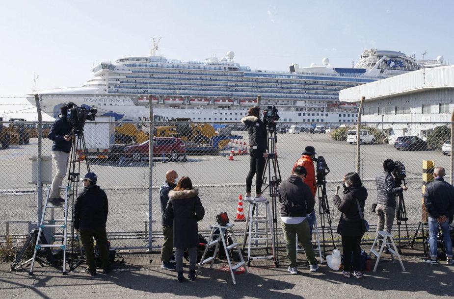 """Žurnalistai prie kruizinio laivo """"Diamond Princess"""""""