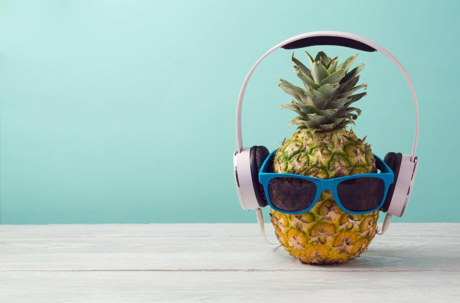 Ananasas, kuris klausosi muzikos