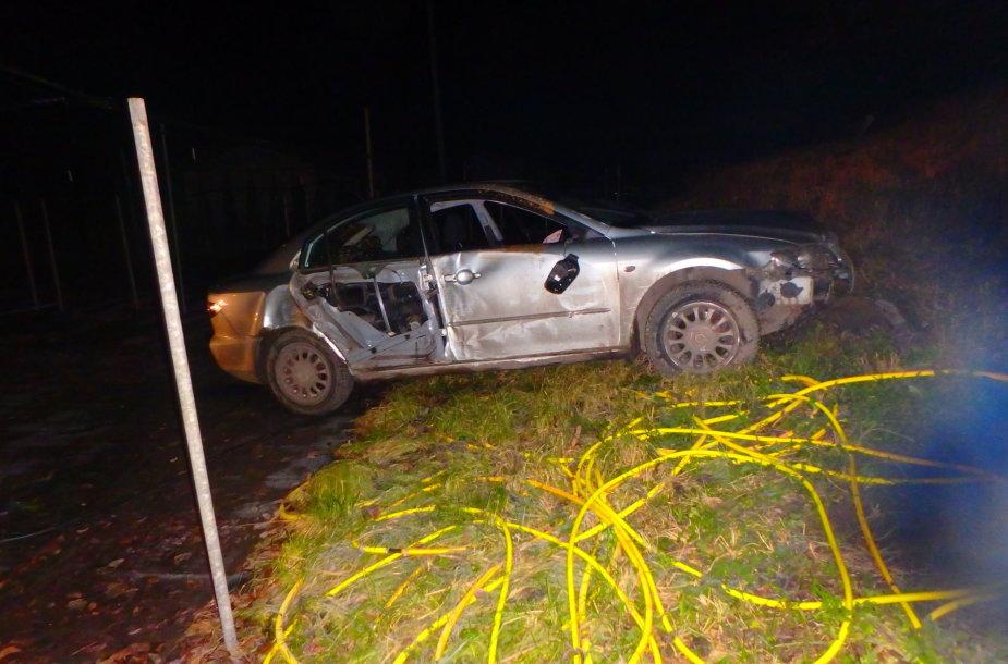 """Akademijoje nuo kelio nulėkė girto vairuotojo nesuvaldyta """"Mazda"""""""