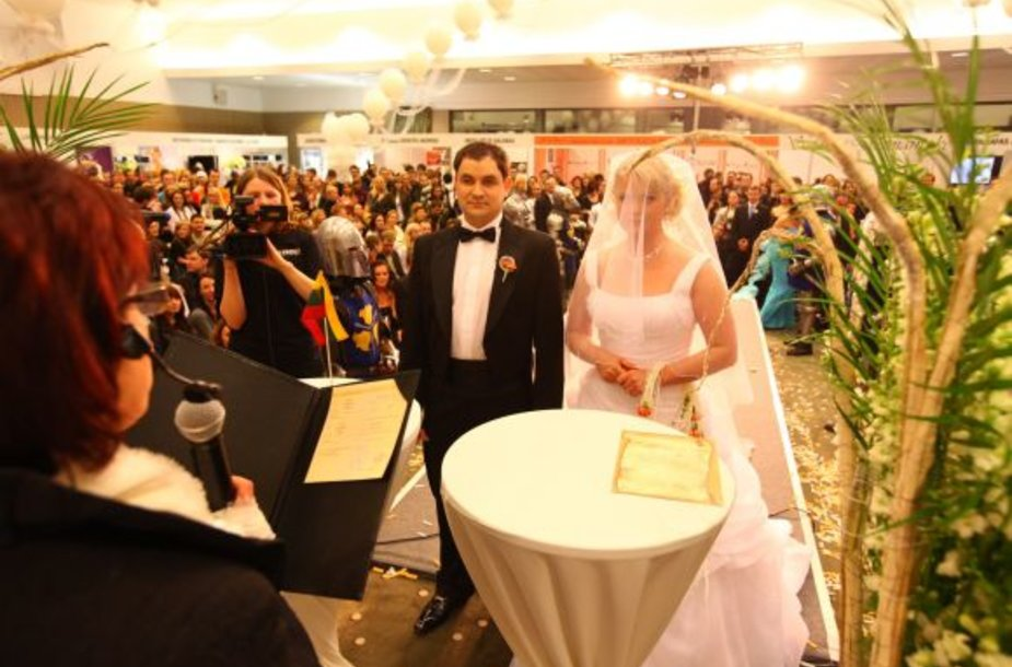 """Paroda-šventė """"Mūsų vestuvės!"""". Susituokė Ž.Narkevičiūtė ir L.Jokubauskas."""