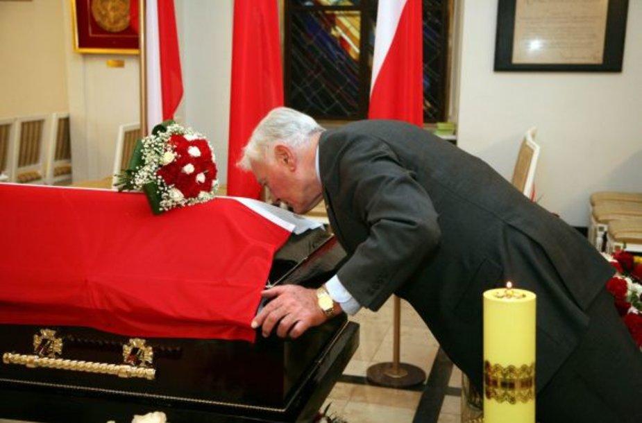 Prezidentas V.Adamkus pagerbė L.Kaczynskį