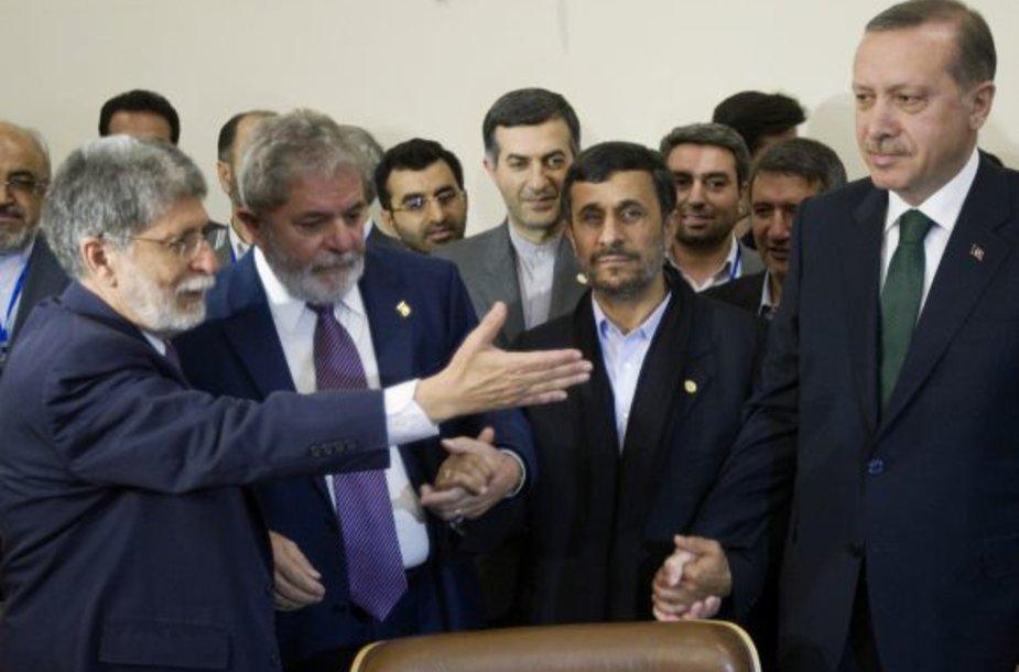 Brazilijos UR ministras Celso Amorim (kairėje), Irano prezidentas Mahmoudas Ahmadinejadasir Brazilijos presidentas Luizas Inacio Lula da Silva bei  Turkijos premjeras Tayyipas Erdoganas.