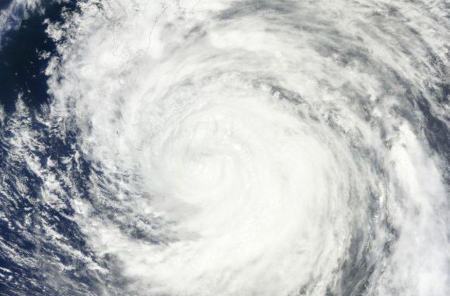 Japoniją siaubia taifūnas