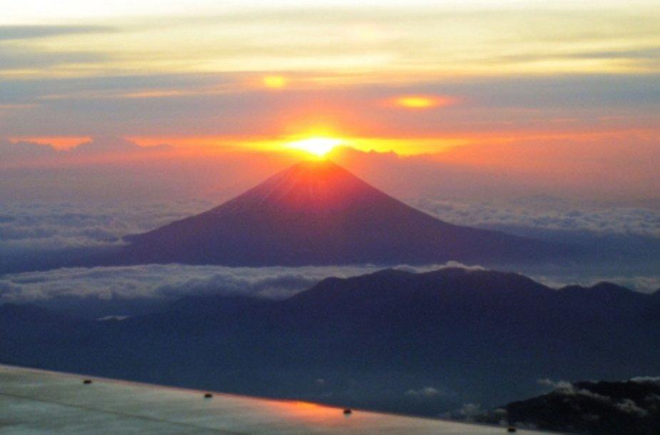 Virš Fudžijamos kalno pateka saulė.