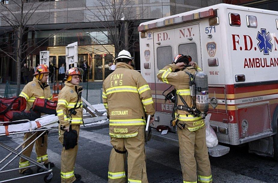 Į įvykio vietą buvo iškviesti ir Niujorko ugniagesių medicinos tarnyba.