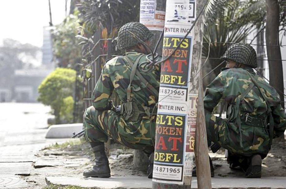 Kariai apsupo Bangladešo šaulių būstinę.